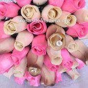 Detalle ramo de rosas de madera